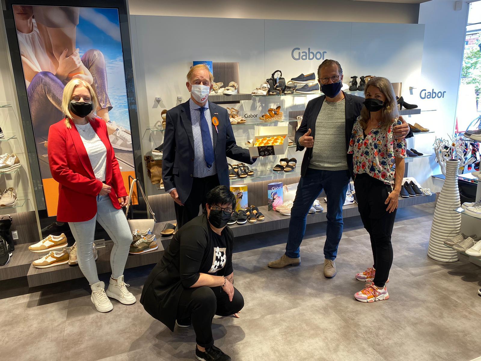 Het team van De Vries schoenen ontving een taart voor de uitgedaste etalage